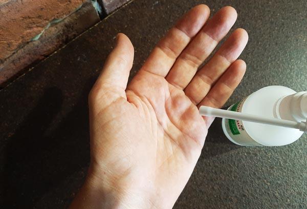 Обработка рук Мирамистином от коронавируса