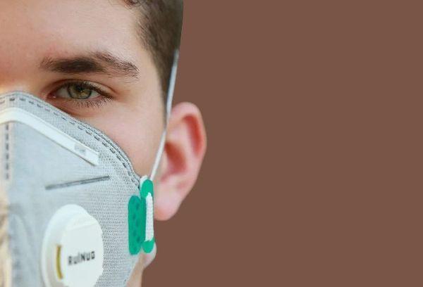 Мужчина в медицинской маске