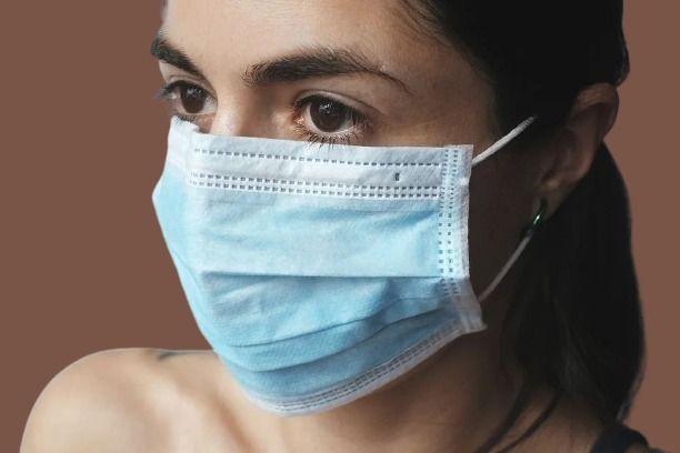 Девочка в маске COVID-19